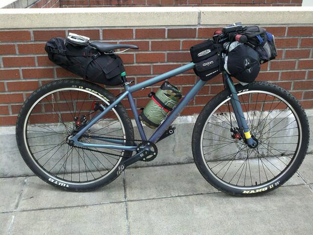 Bicicleta equipada para bikepacking