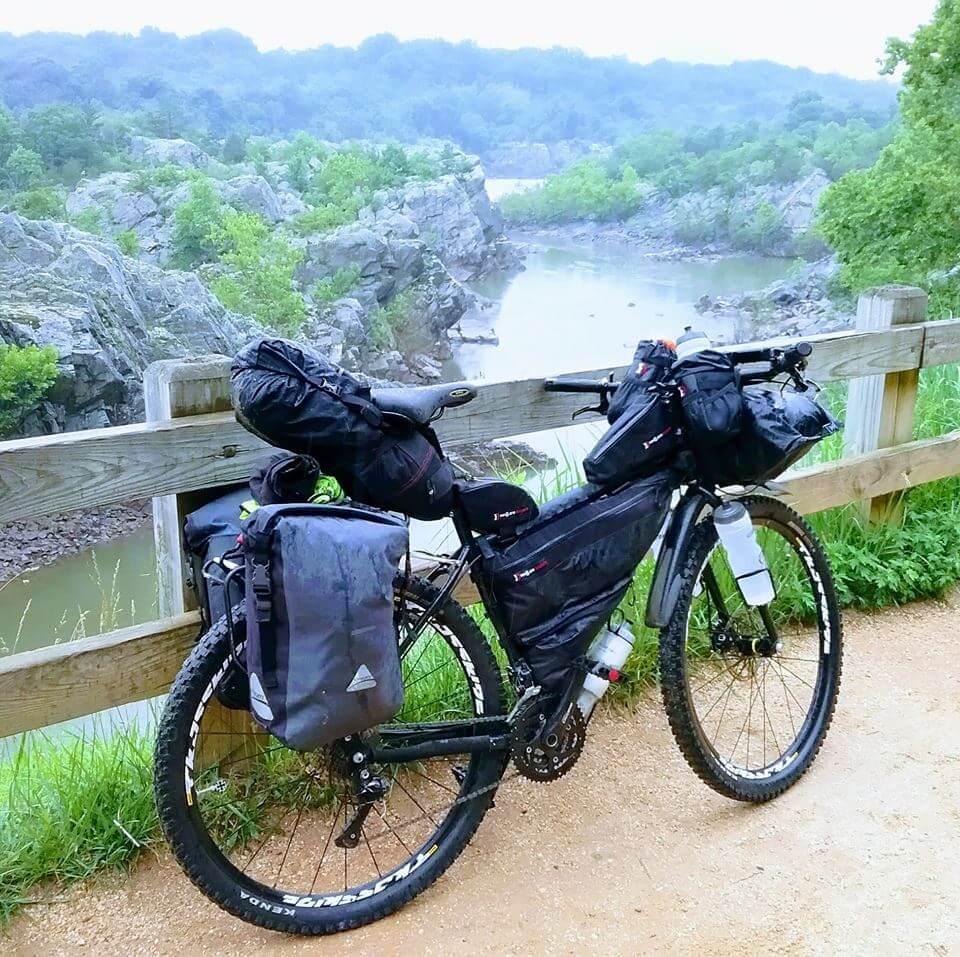Bicicleta con equipamiento de bikepacking.