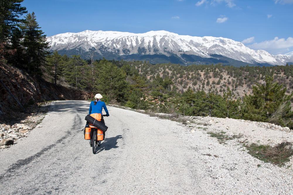 Cicloturista en carretera de montaña