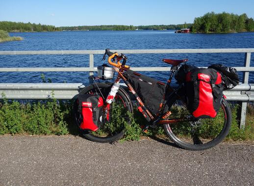Bicicleta de cicloturismo con alforjas para bicicleta.